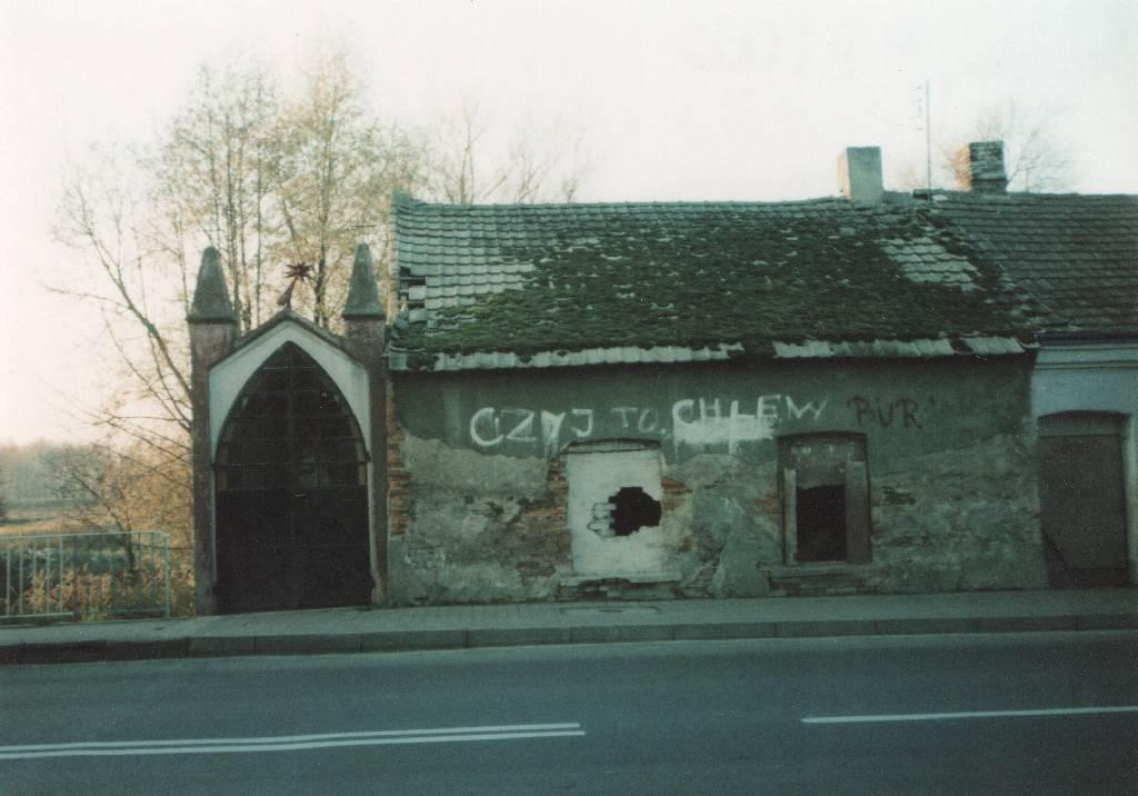Budynek dawnego zakładu krawieckiego Franciszka Baryły, Praszka 11.11.2000 (MR4712)
