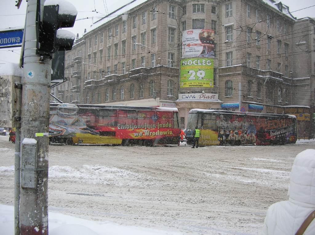 Holowanie tramwaju blokującego torowisko koło dworca kolejowego