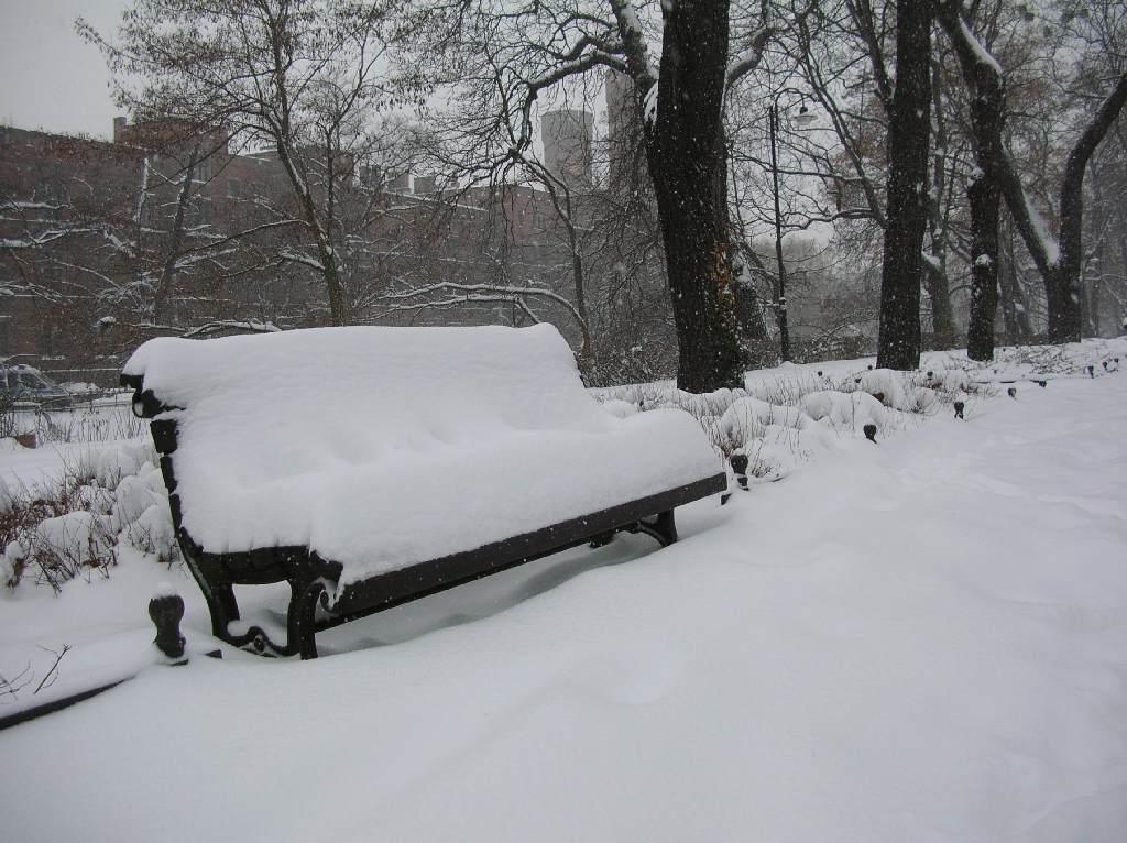Ławki przykryte śniegiem