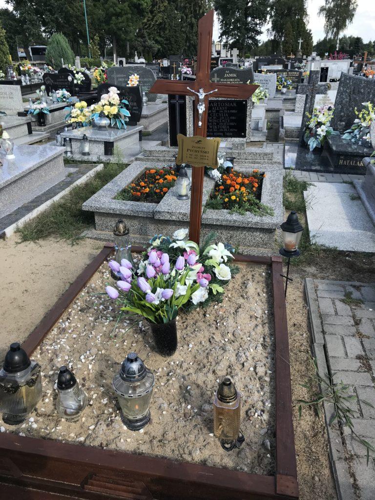 grób cioci Wali w Praszce czeka na odtworzenie, niedawno pochowaliśmy tam Jej Zięcia; fot. MR