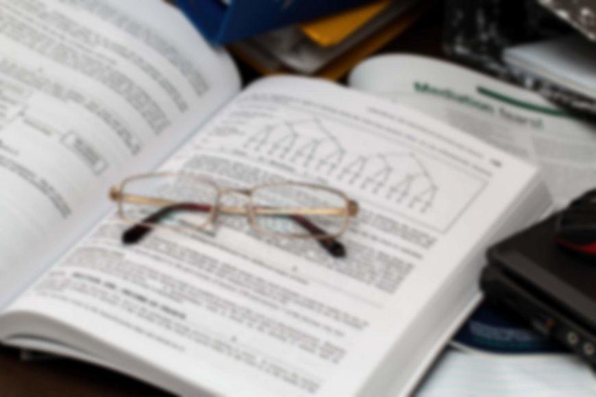 okulary na grubej książce z wykresem, fot. Pixabay 739107 stevepb