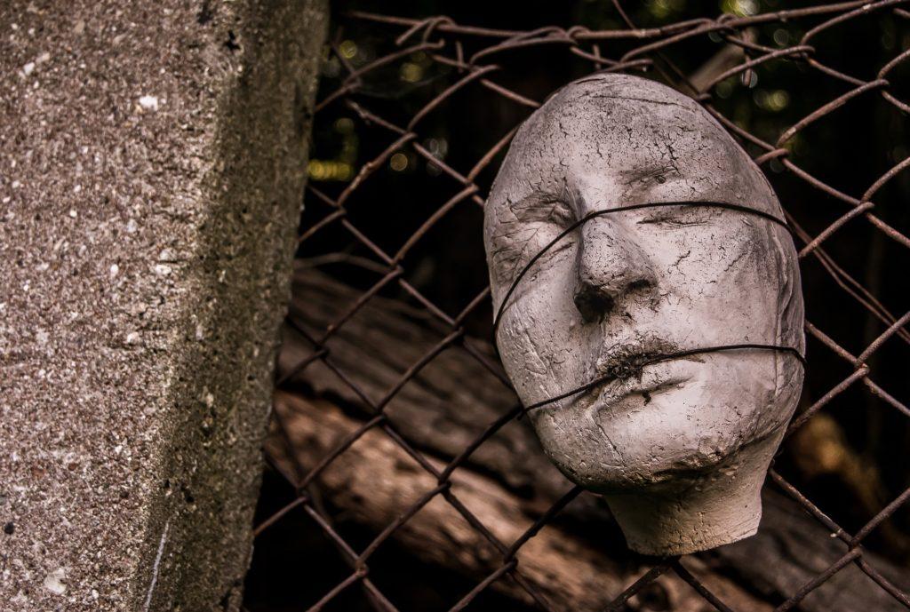 twarz zakneblowana drutem z płotu, fot. Pixabay 4877524 hunt-er