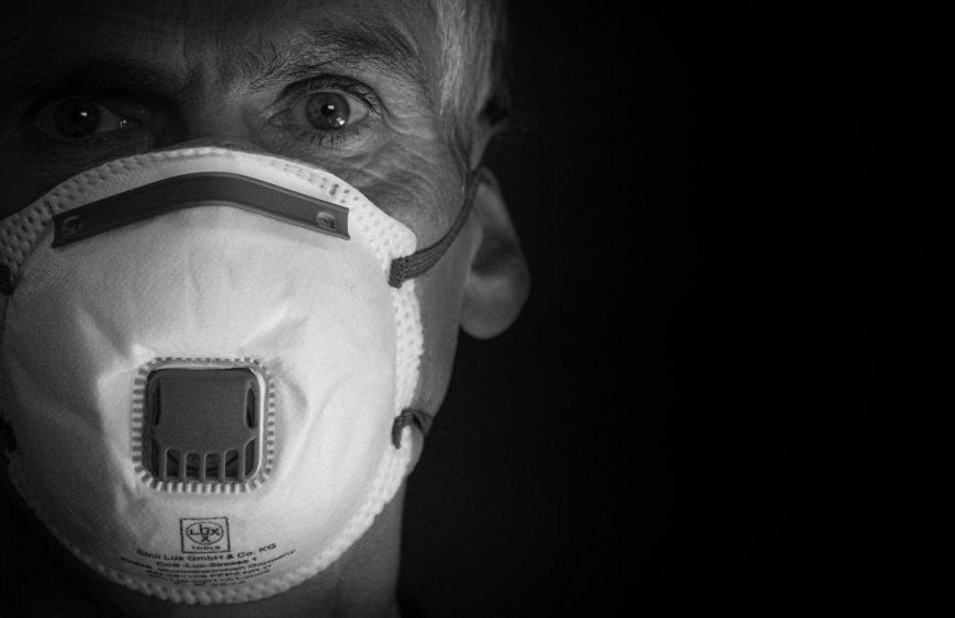 Mężczyzna w sile wieku zakrywający usta i nos maseczką FFP (Pixabay 4934337 rottonara)