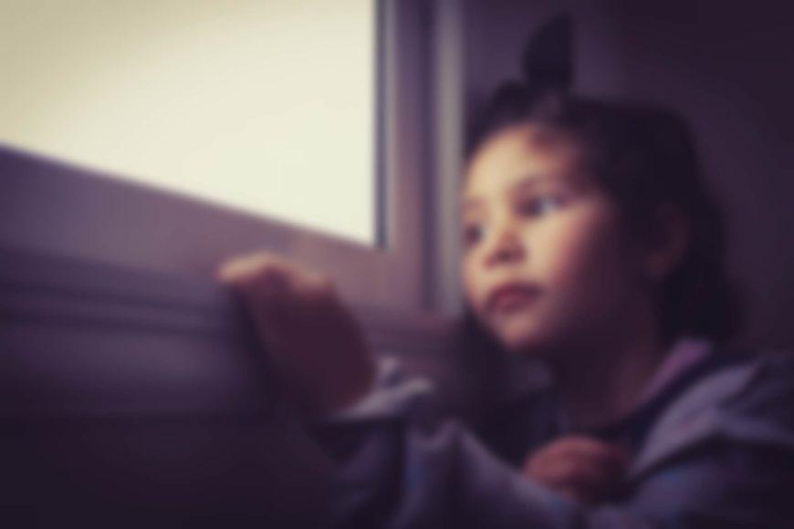 dziewczynka wyglądająca za okno fot. Med Ahabchane, Pixabay 4967210 Simedblack